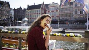 Mulher do retrato que come o waffle de Bélgica vídeos de arquivo