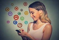 Mulher do retrato que usa o app em um telefone esperto Imagens de Stock