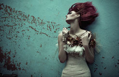 Mulher do ruivo com corte de cabelo extravagante Fotos de Stock Royalty Free