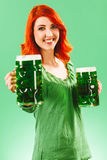 Mulher do ruivo com duas cervejas verdes enormes Fotos de Stock Royalty Free
