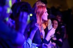 Mulher do ruivo da audiência que aplaude no Musical de Barcelona Accio (BAM) foto de stock
