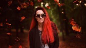 Mulher do ruivo no parque do outono Imagens de Stock Royalty Free