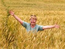 A mulher do russo em um campo wheaten fotografia de stock