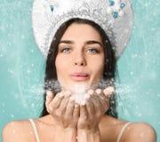 Mulher do russo do inverno do Natal no chapéu do kokoshnik com milagre em sua mão fairy Ano novo e Natal bonitos mágica fotografia de stock royalty free