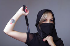 A mulher do samurai vestiu-se no preto com a cara de harmonização da coberta do véu, braço da terra arrendada na parte traseira a Fotos de Stock