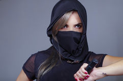 A mulher do samurai vestiu-se no preto com a cara de harmonização da coberta do véu, mão da terra arrendada na espada que enfrent Imagens de Stock Royalty Free
