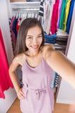 Mulher do selfie da sala de mudança que toma a imagem do equipamento foto de stock