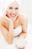 Mulher do smiley com creme de face após o chuveiro foto de stock royalty free