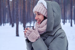 Mulher do smiley com uma xícara de café em um tempo frio Imagens de Stock Royalty Free