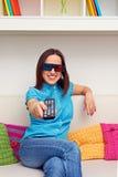Mulher do smiley que olha o filme 3d Foto de Stock Royalty Free
