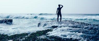 Mulher do surfista com prancha foto de stock