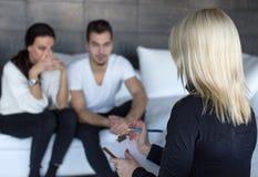 Mulher do terapeuta que fala com pares tristes novos fotos de stock royalty free
