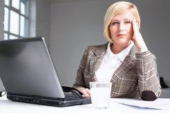 A mulher do trabalhador tem a dor de cabeça imagens de stock royalty free