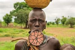 Mulher do tribo africano Mursi com uma placa grande do bordo fotos de stock royalty free
