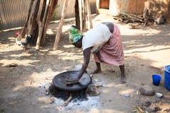 Mulher do tribo de Ari que cozinha o injera fotografia de stock
