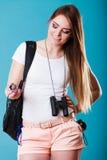 Mulher do turista com compasso à disposição no azul Foto de Stock