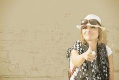 Mulher do turista com o polegar acima do esboço Fotografia de Stock Royalty Free