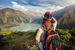 Mulher do turista com a trouxa nas montanhas Imagem de Stock