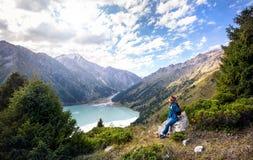 Mulher do turista com a trouxa nas montanhas imagens de stock