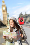 Mulher do turista de Londres que sightseeing guardarando o mapa Fotos de Stock Royalty Free