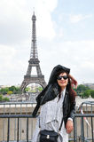 Mulher do turista de Paris da torre Eiffel Foto de Stock Royalty Free