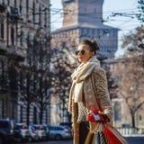 Mulher do turista em Milão que olha na distância e no passeio Fotos de Stock