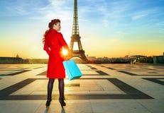 Mulher do turista em Paris, França com o saco de compras que olha de lado Imagens de Stock