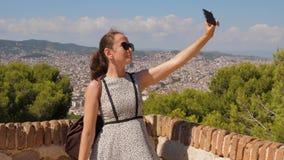 A mulher do turista faz o selfie contra o panorama de Barcelona filme