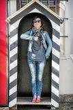 A mulher do turista imita um soldado no protetor Fotografia de Stock Royalty Free