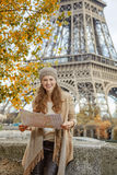 Mulher do turista na terraplenagem perto da torre Eiffel em Paris com mapa Fotografia de Stock