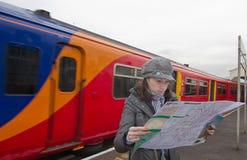 Mulher do turista no estação de caminhos-de-ferro Foto de Stock