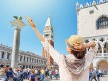 Mulher do turista que aprecia umas férias na praça San Marco Imagem de Stock