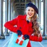 Mulher do turista que mostra a caixa do saco de compras e do presente de Natal Fotos de Stock Royalty Free