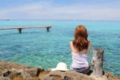 Mulher do turista que olha o mar de turquesa de Formentera Imagens de Stock Royalty Free