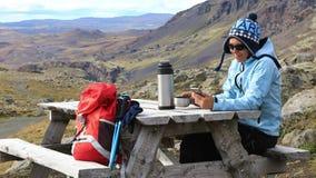 Mulher do turista que usa o telefone celular filme