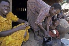 Mulher do Ugandan que lava um potenciômetro de cozimento, Gulu imagem de stock