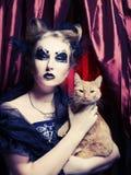 Mulher do vampiro com gato foto de stock royalty free