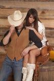 A mulher do vaqueiro e do indiano senta a cara da sela escondida Fotografia de Stock Royalty Free