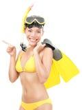 Mulher do verão com máscara e as aletas snorkeling foto de stock