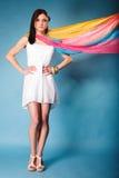 Mulher do verão com o xaile colorido no azul fotos de stock royalty free
