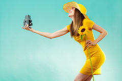 A mulher do verão guarda a câmera velha do girassol Imagens de Stock