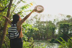 Mulher do viajante da liberdade que está com braços aumentados e que aprecia uma natureza bonita Foto de Stock Royalty Free