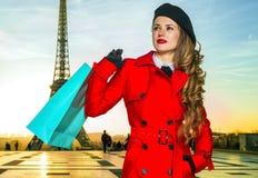 Mulher do viajante em Paris com o saco de compras que olha na distância Fotos de Stock