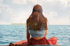 Mulher do viajante no backview do barco imagem de stock royalty free