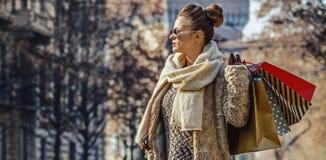 Mulher do viajante perto do castelo de Sforza que olha na distância Foto de Stock Royalty Free