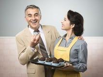 Mulher do vintage que cozinha queques para seu marido Fotos de Stock Royalty Free