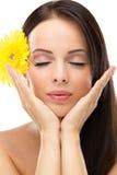 Mulher do youngl de Beautifu com as flores amarelas no cabelo Imagens de Stock