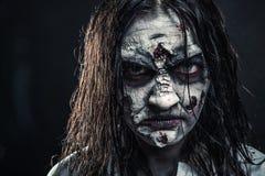 Mulher do zombi com cara ensanguentado foto de stock