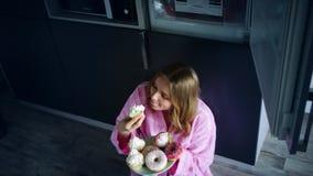 Mulher doce que come o bolo com apetite Comendo a mulher aprecie o queque vídeos de arquivo