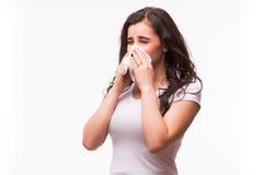 Mulher doente com o nariz de sopro da gripe e da febre no tecido Imagem de Stock